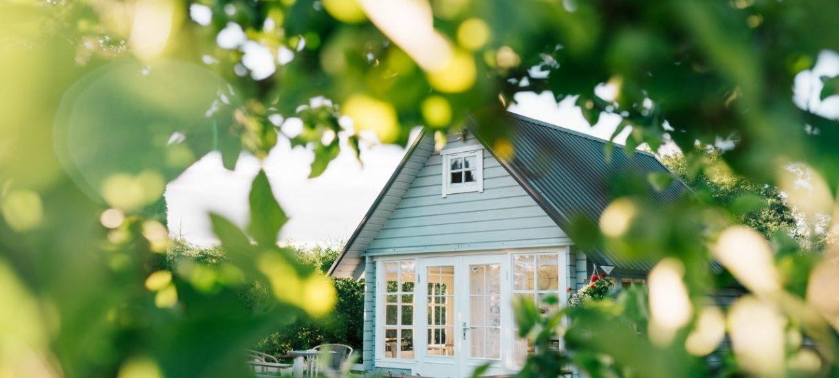 Darowizna to nie jedyny sposób na przeniesienie własności nieruchomości. Często bardziej korzystna może się okazać umowa dożywocia