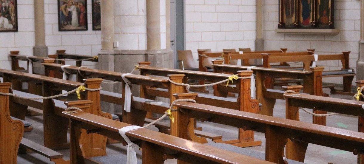 Zamknięcie kościołów byłoby rozsądnym pomysłem, ale na przeszkodzie nie stoi wyłącznie polityka