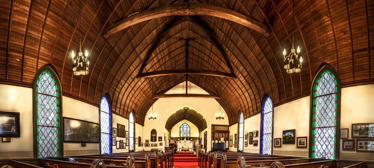 Zaproszenia na mszę, liczenie wiernych, telebimy, krótsze procesje. Wszystko, byleby nie zamknąć kościołów