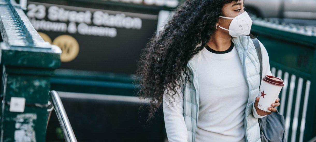 USA luzują reguły dotyczące noszenia maseczek na świeżym powietrzu. Najwyższy czas, żeby zrobił to też polski rząd