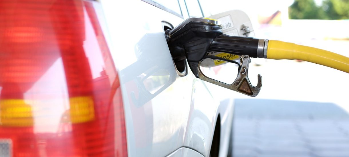 Zakaz sprzedaży nowych samochodów benzynowych i spalinowych możliwy już za kilka lat. Warszawiacy i krakowianie są za