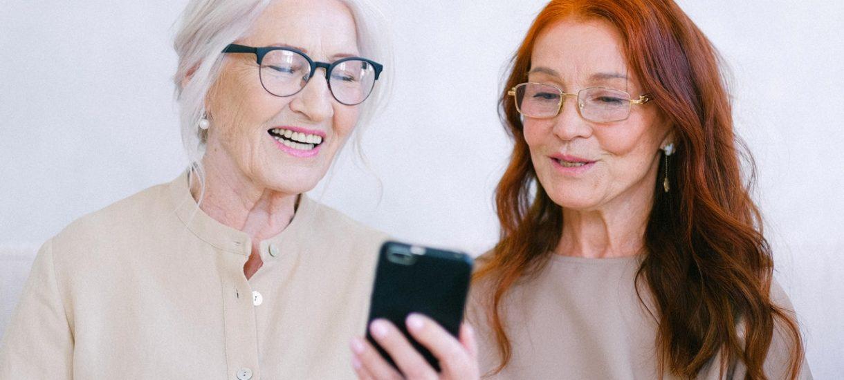 Za 700 tysięcy złotych nauczą 60 seniorów… obsługiwać smartfona. To 11,5 tys. zł na osobę, a wszystko za środki z UE