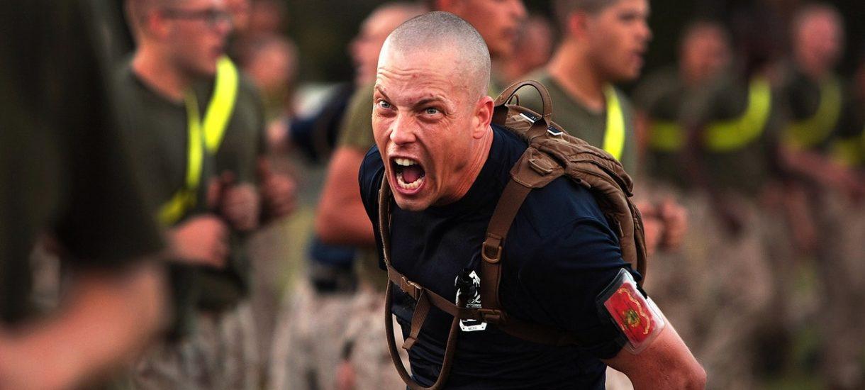 Belgijski żołnierz – koronasceptyk – zapowiedział, że zlikwiduje głównego wirusologa. Następnie okradł zbrojownię i ukrył się w lesie