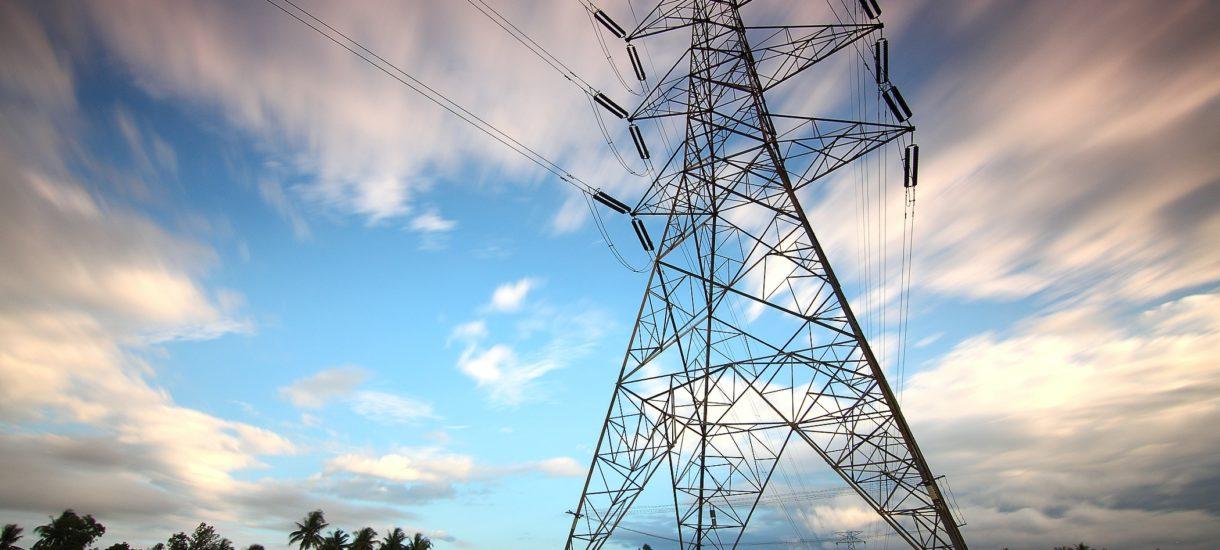 Słup energetyczny na Twojej działce jest w ruinie? Masz prawo oczekiwać jego naprawy
