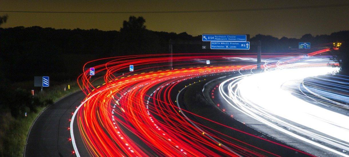 Za przekroczenie prędkości już o 1 km/h grozi mandat. W ostateczności można nawet stracić prawo jazdy