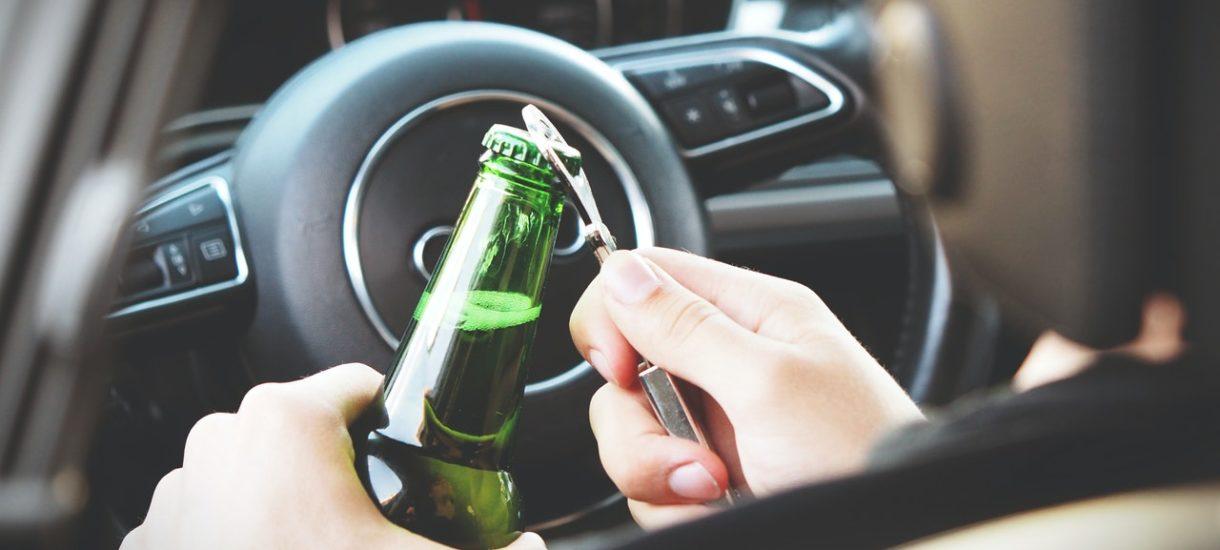 Picie piwa bezalkoholowego podczas prowadzenia pojazdu niekoniecznie jest bezkarne. Co może grozić sprawcy?
