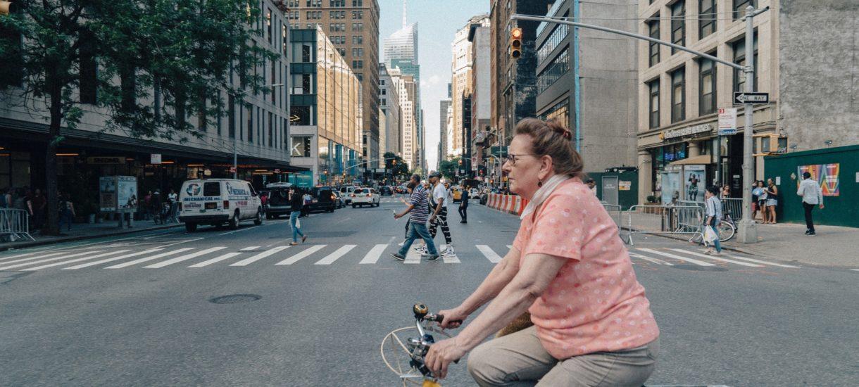 Jadąc na rowerze czy hulajnodze, musimy ustąpić pierwszeństwa pieszemu. Nowe przepisy nie dotyczą tylko kierowców samochodów