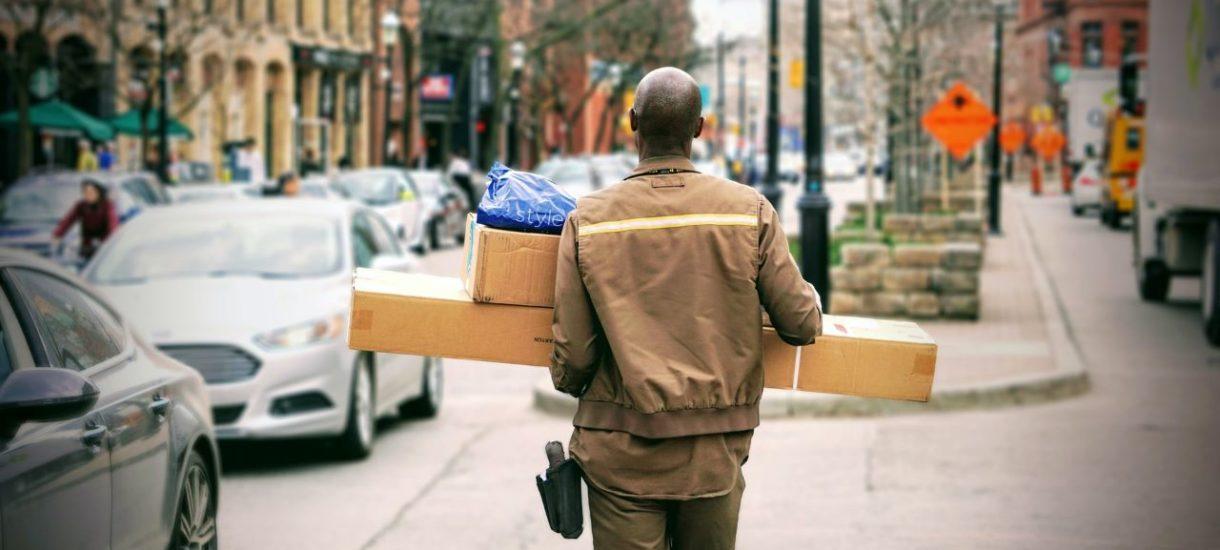 Towar, który kupił u ciebie klient, został uszkodzony w trakcie transportu? Co do zasady i tak to ty za to odpowiadasz