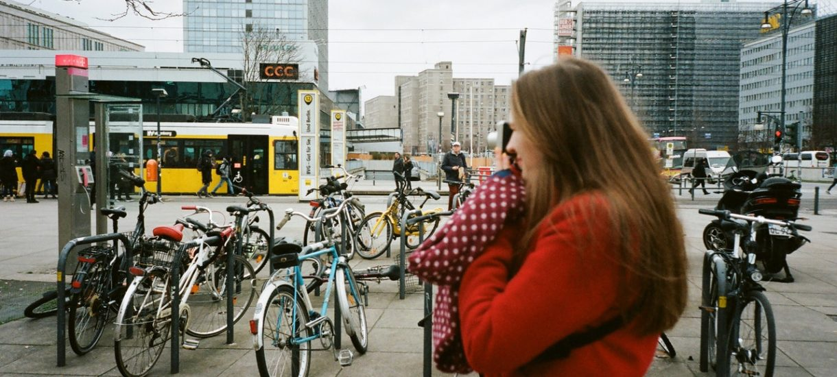Piesi wyganiają auta. Zwolenników rewolucji w centrach miast jest już 4 razy więcej niż fanów starego porządku