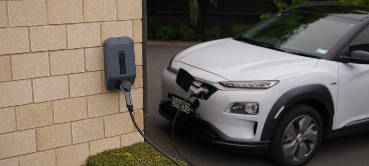 Na nowych osiedlach musi być dużo miejsc do ładowania samochodów elektrycznych. To kolejny powód pchający ceny mieszkań w górę