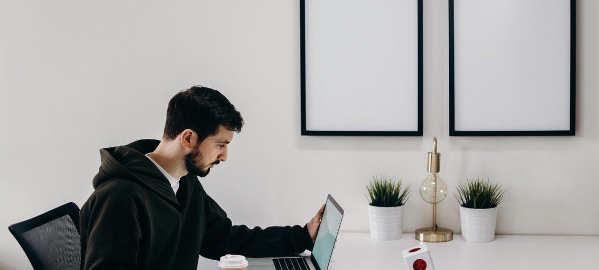 Pracodawca może – zgodnie z prawem – przeszukać szafkę pracownika. Ale pod pewnymi warunkami