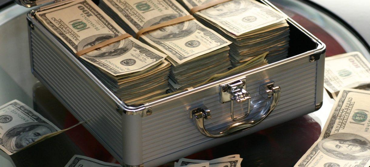 Kobieta pokłóciła się z mężem i wyrzuciła z balkonu 200 tys. złotych. Czy można legalnie stać pod oknem i łapać pieniądze?