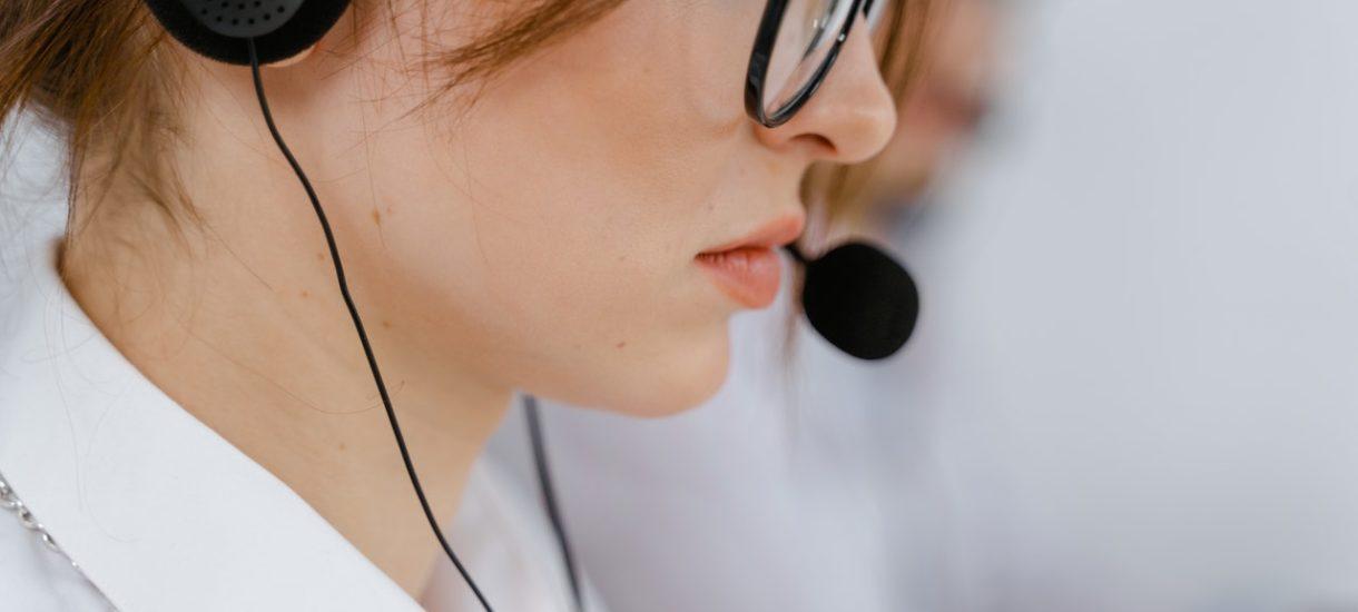 Rząd chce zrobić z lekarzy telemarketerów? Mają dzwonić do ludzi i zgarniać premie za… przekonanie do szczepień każdej osoby