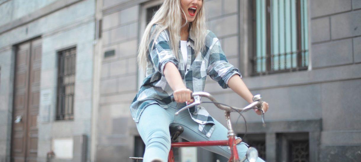 Progi zwalniające dla rowerów to żaden absurd. Bo piratów drogowych na dwóch kółkach jest coraz więcej