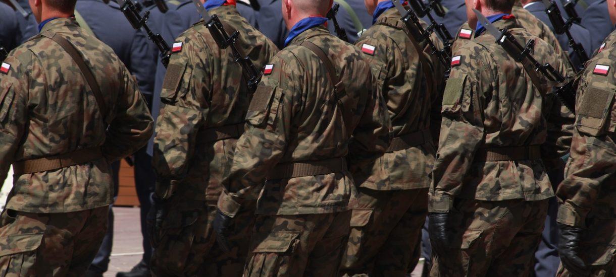 Antyszczepionkowcy paradują po Poznaniu w wojskowych mundurach i straszą ludzi. Ale – niestety – nic im za to nie grozi