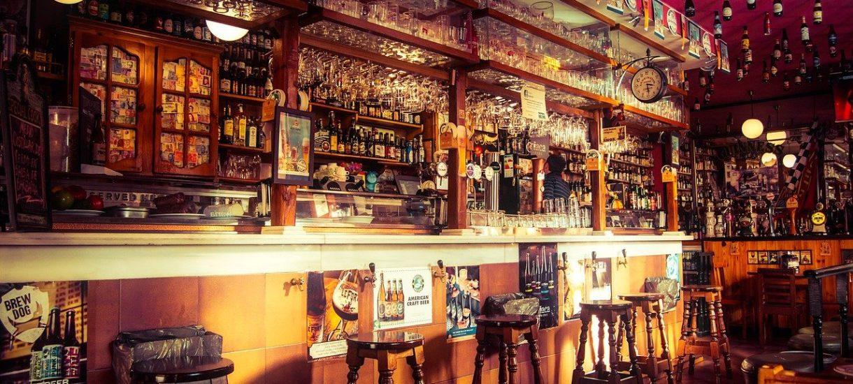 Niepełnoletni w barze może przesiadywać, ale nie może pić, a nawet sprzedawać alkoholu