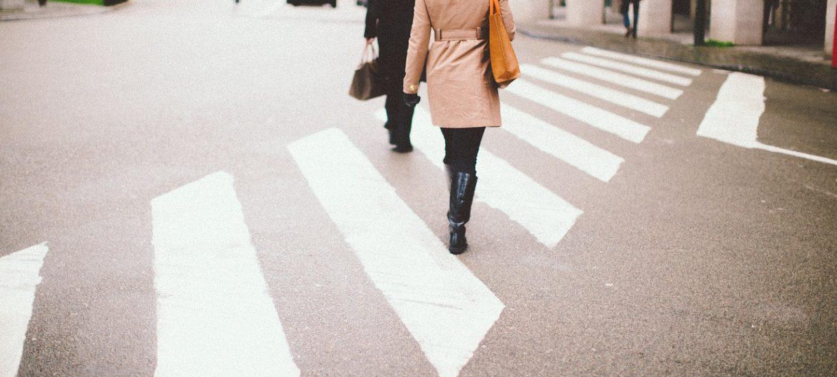Obowiązek zsiadania z roweru przed przejściem dla pieszych nie ma żadnego sensu
