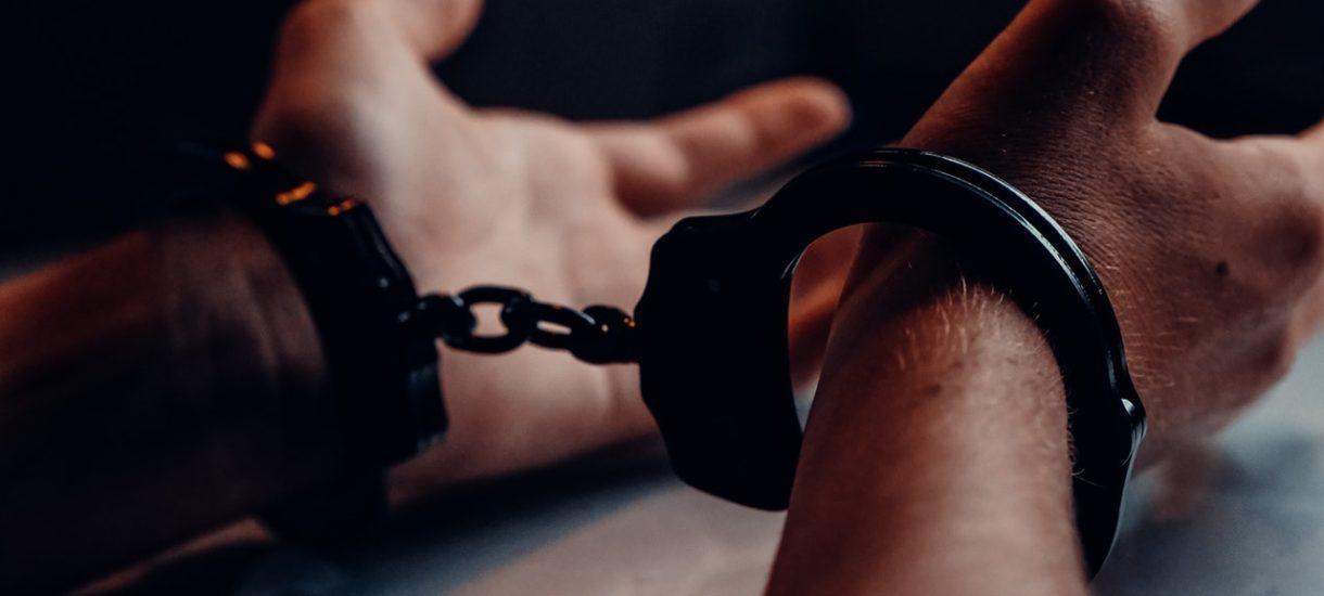 Pewien mężczyzna niesłusznie spędził rok w więzieniu, bo śledczy zbyt mocno zawierzyli… sztucznej inteligencji