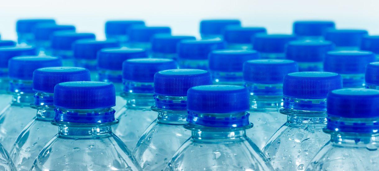 Już od przyszłego roku do każdej butelki plastikowej ma zostać doliczona kaucja. Takie zmiany planuje rząd