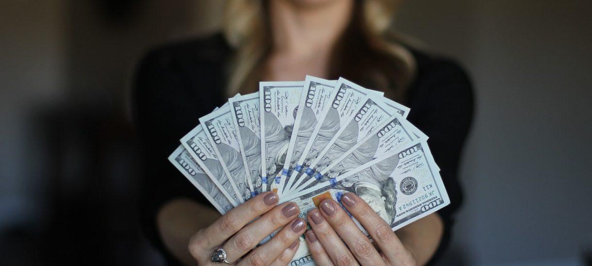 Pracownik może wnioskować o wypłacenie wynagrodzenia do ręki. Albo o jego przelanie na konto osoby trzeciej