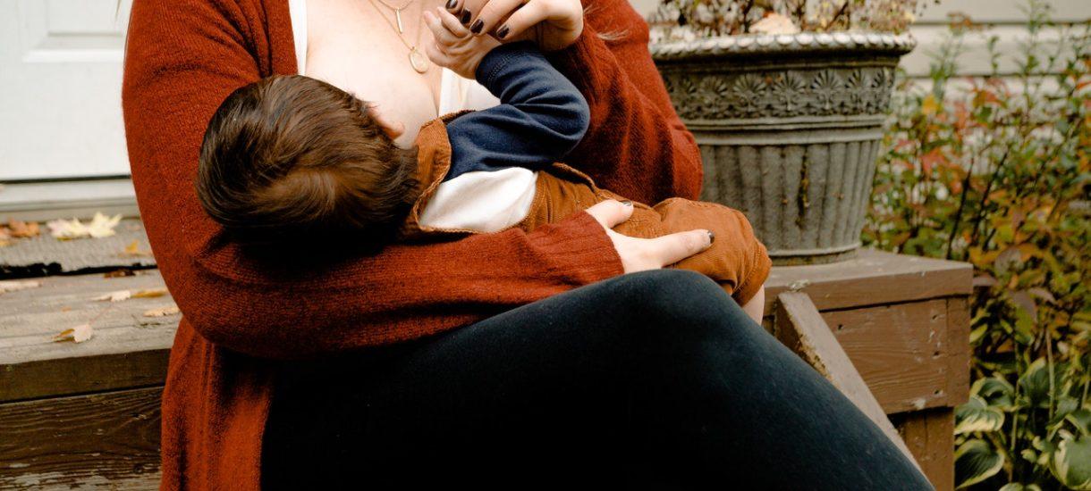 W Centrum Obsługi Podatnika w Warszawie chcieli uzależnić przerwę na karmienie dziecka przez pracownicę od… rozmiaru jej biustu