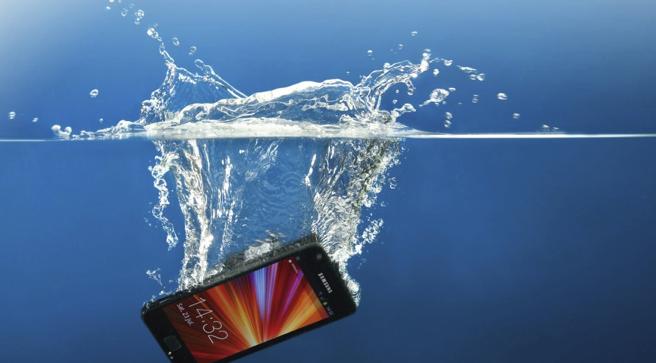Na nurkowanie do Egiptu pojedziesz z wodoodpornym smartfonem