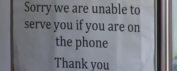Ludzi rozmawiających przez telefon nie obsługujemy!