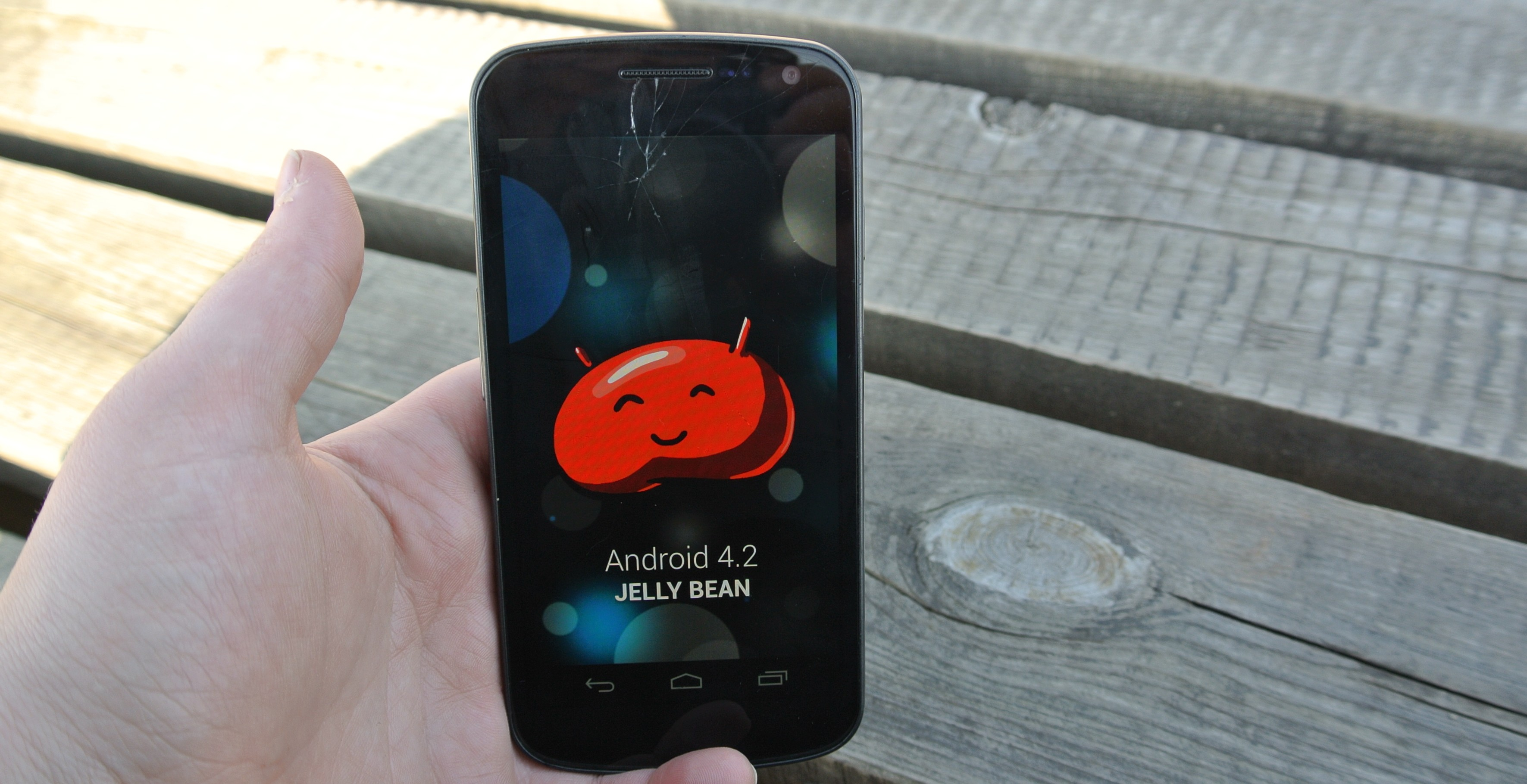 Mam wrażenie, że Google udostępniło nieprzemyślaną, zrobioną na siłę betę w postaci Androida 4.2