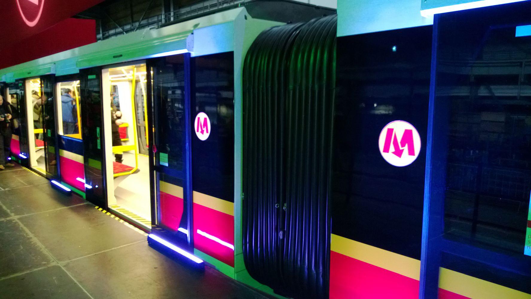 Widzieliśmy nowe pociągi warszawskiego metra. Jest na co czekać!