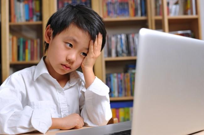 dziecko-przed-komputerem