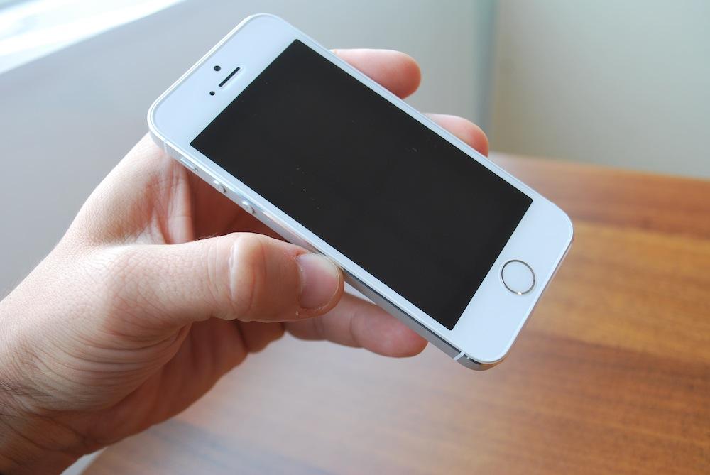 Znamy polskie ceny iPhone'ów 5s i 5c. Sprawdziliśmy czy warto kupić w Polsce, czy lepiej wybrać się na zagraniczne zakupy