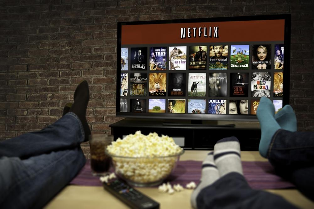 Netflix w twoim telewizorze. Sprawdzamy, gdzie i jak oglądać filmy i seriale na dużym ekranie
