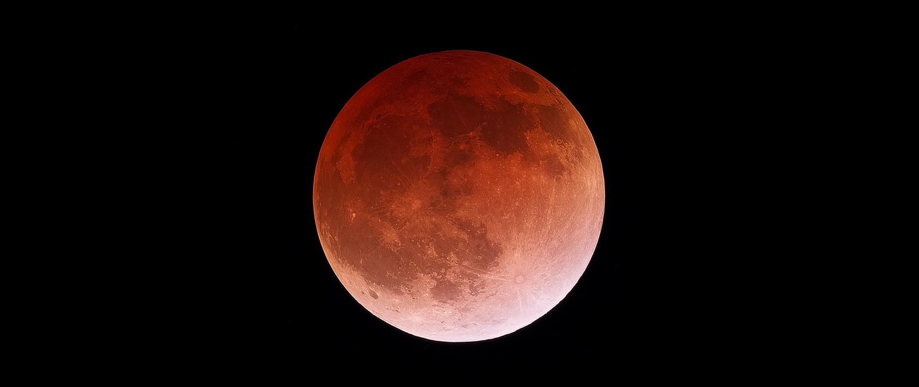 Sfotografuj całkowite zaćmienie Księżyca. Będzie widoczne z Polski, a pogoda ma sprzyjać