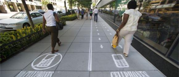 Specjalne chodniki dla osób korzystających ze smartfonów? Pójdźmy o krok dalej