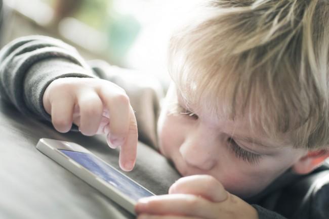 dziecko smartfon bezpieczna rodzina