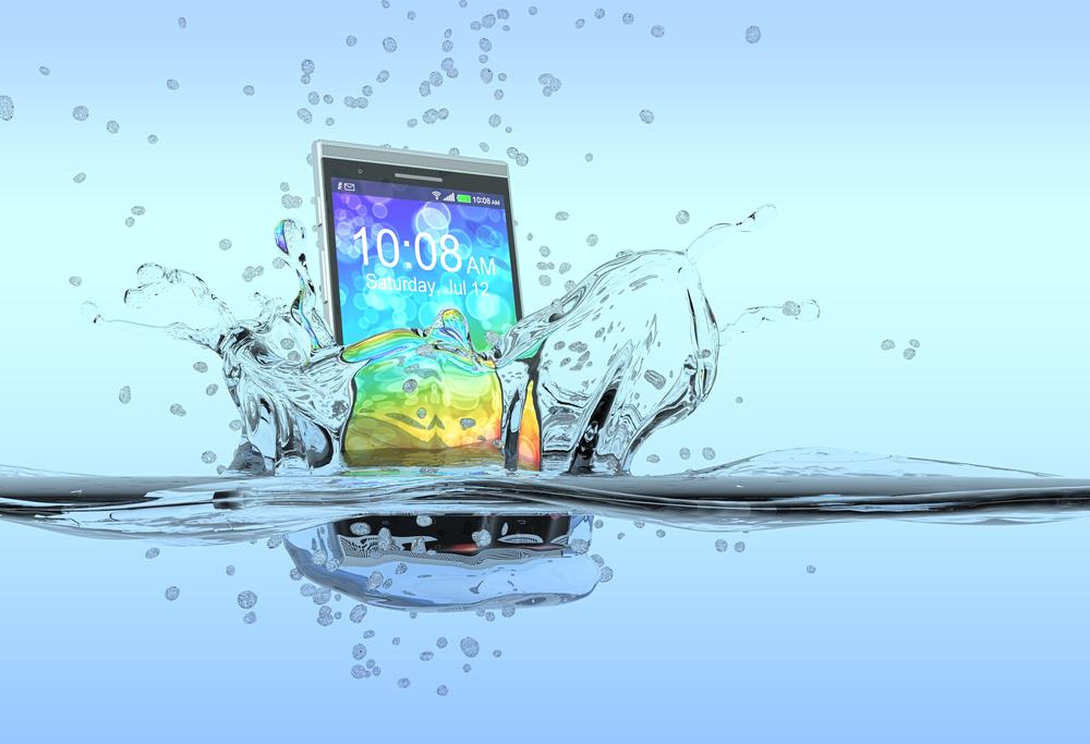 Telefon wpadł do wody – co robić, a czego nie robić? Obalamy najpopularniejsze mity