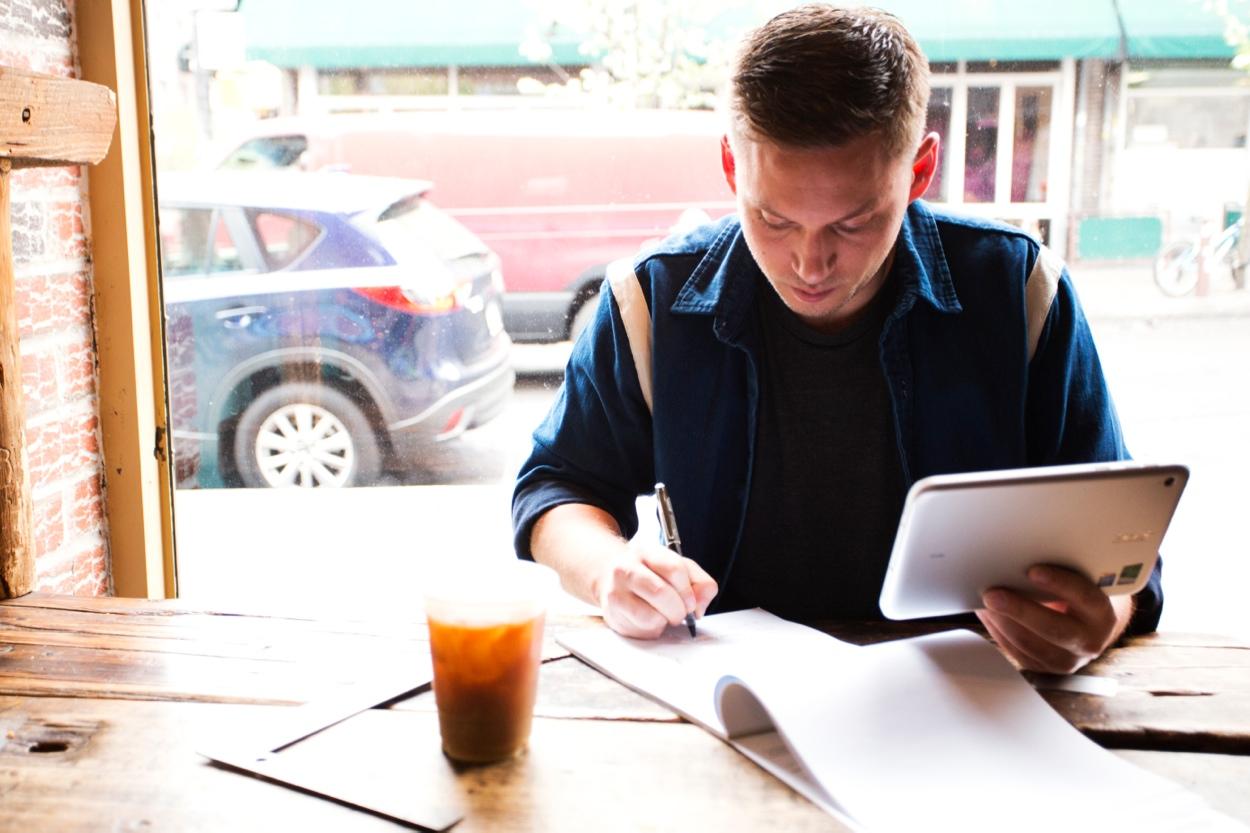 Studencie, zanim pójdziesz do sklepu, dowiedz się czym się różni laptop od tabletu i hybrydy