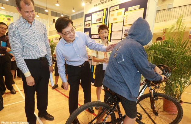13-latkowie programują i tworzą innowacyjne kurtki dla rowerzystów – tak wyglądają gimnazja w Singapurze