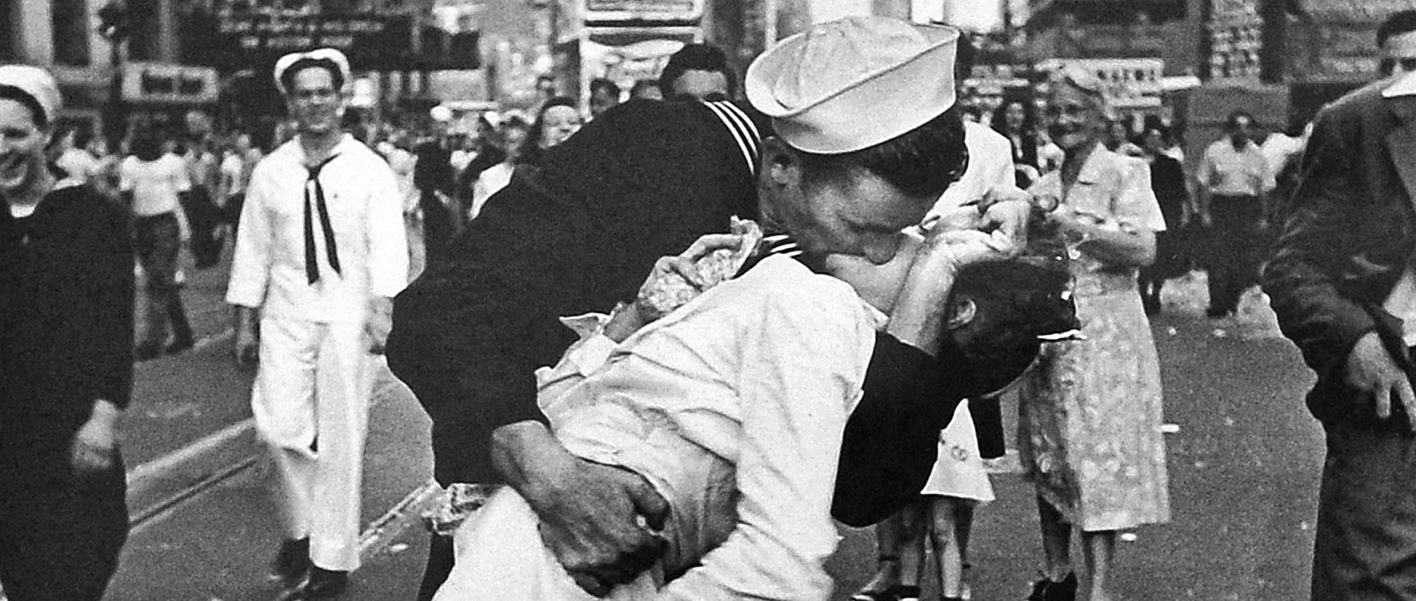 Znalezione obrazy dla zapytania pocałunek na times square