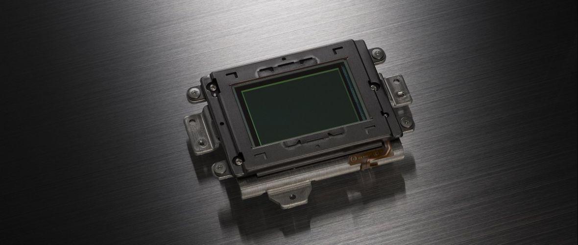 Rok 2015 rokiem pełnych klatek w małych aparatach? Nikon i Olympus szykują coś dużego