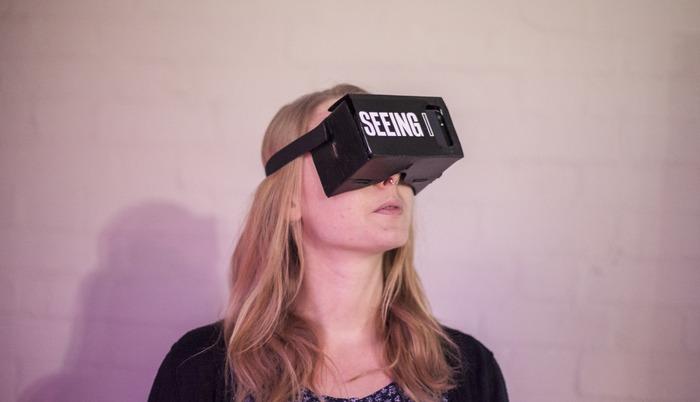 """Okulary wirtualnej rzeczywistości i… 28 dni w ciele drugiego człowieka. Oto projekt """"Seeing I"""""""