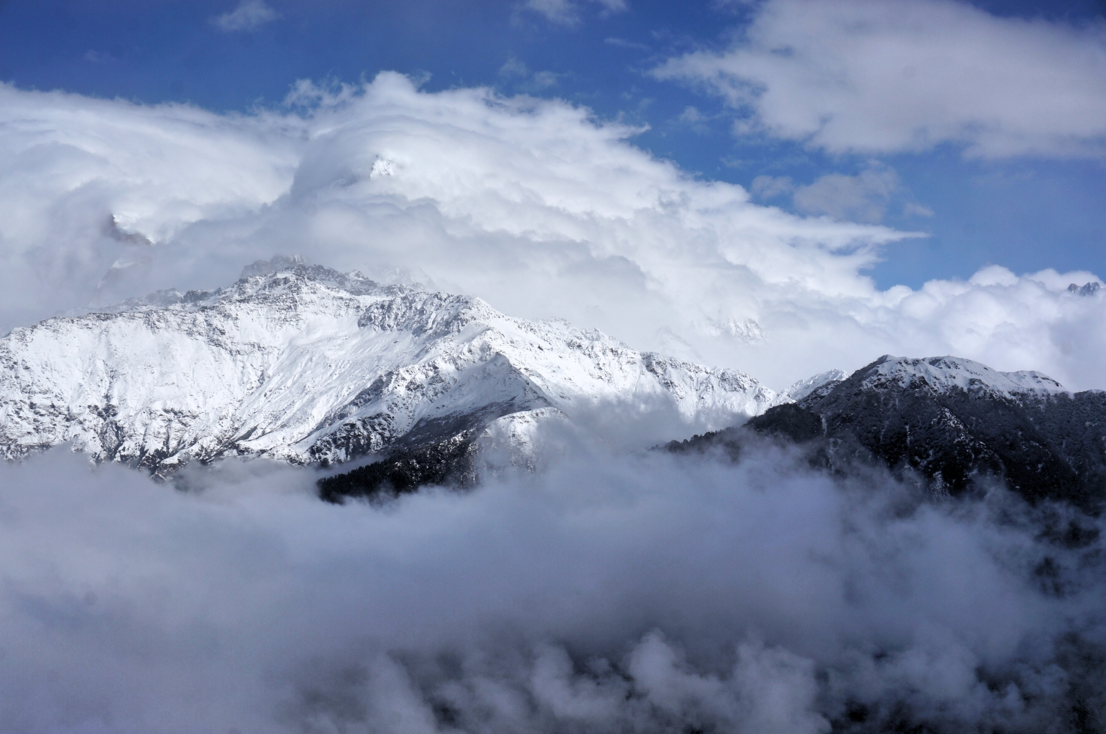 Królowa gór wśród chmur. Himalaje – piechotą przez Nepal