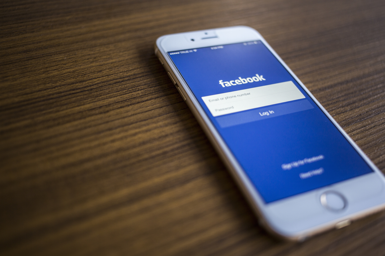 """Pracownik Facebooka prezentuje nowe funkcje i mówi """"we are so excited"""", ale ma minę jakby chciał sobie podciąć żyły"""