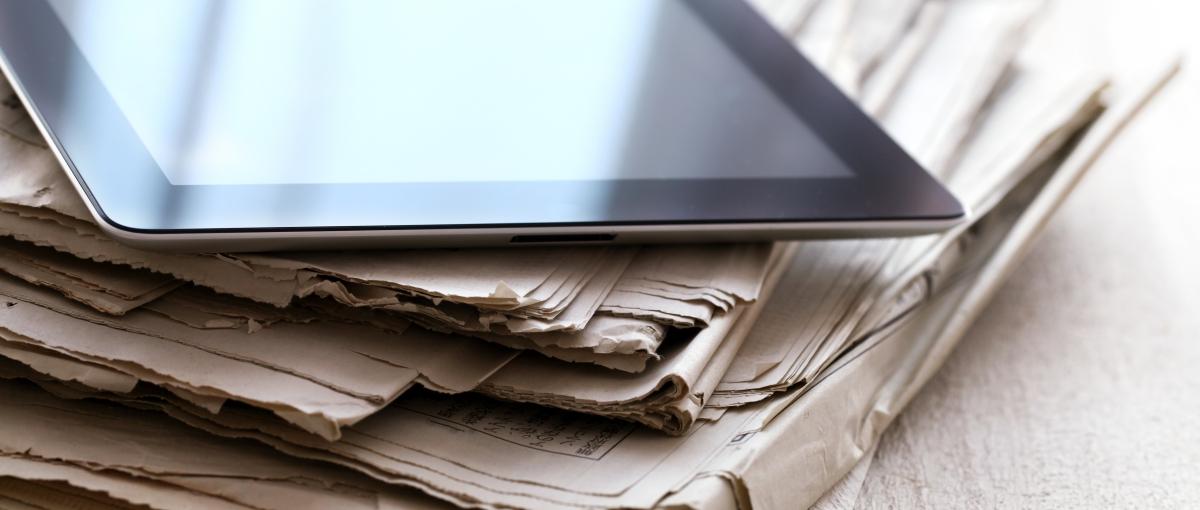 To nie to, że spada sprzedaż drukowanej prasy. Polacy w ogóle przestają kupować gazety