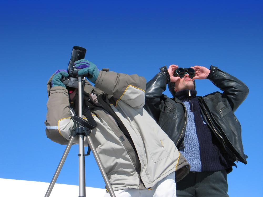 Oglądając zaćmienie Słońca można stracić głowę, ale nie warto tracić wzroku. Sprawdź jak się przygotować