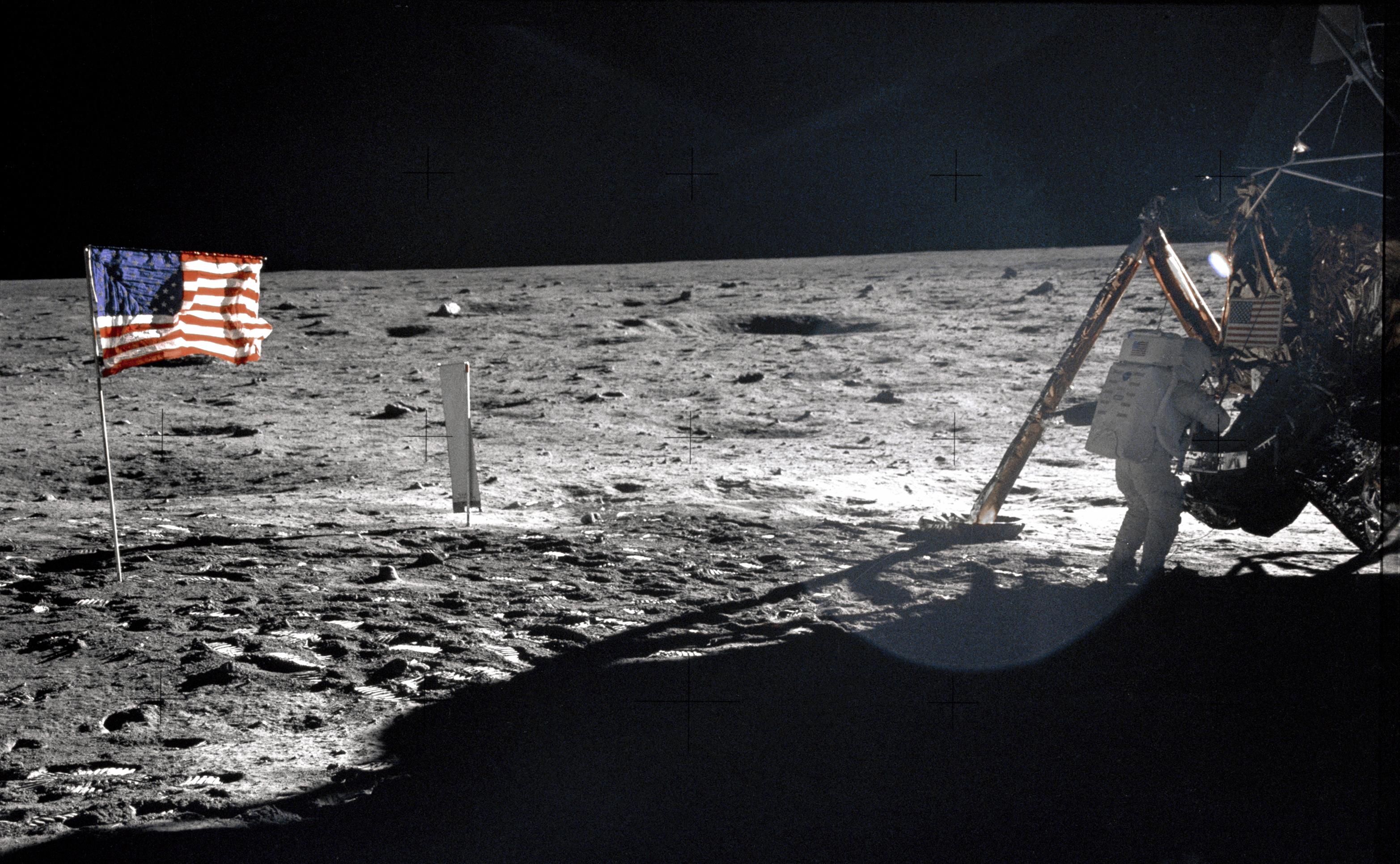 Jak wyglądają dziś flagi na Księżycu?