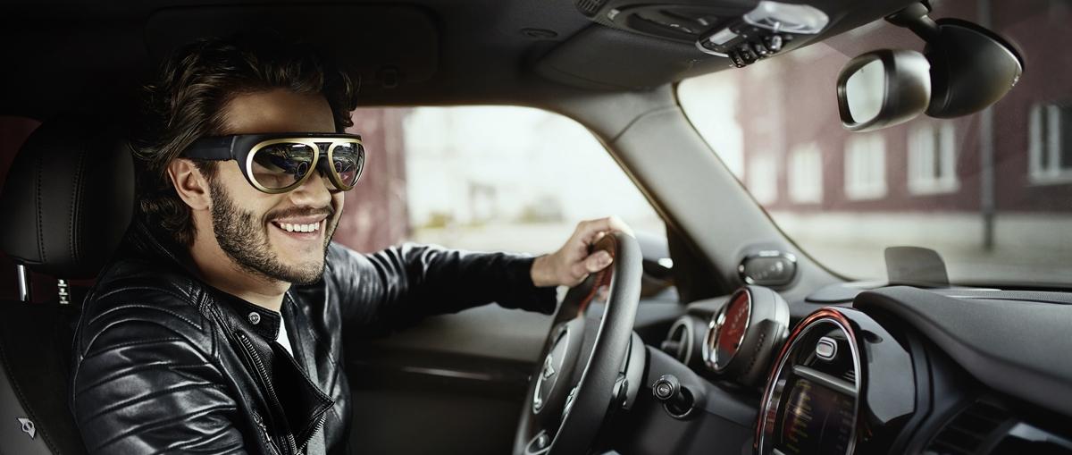 Już niedługo standardowym wyposażeniem samochodów mogą się stać… okulary