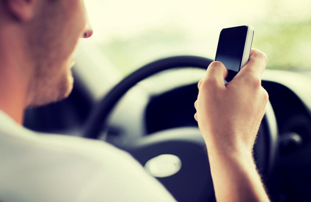 Zabiorą prawo jazdy za przekroczenie prędkości. A co z korzystaniem ze smartfonów podczas jazdy? No i smartwatchy?