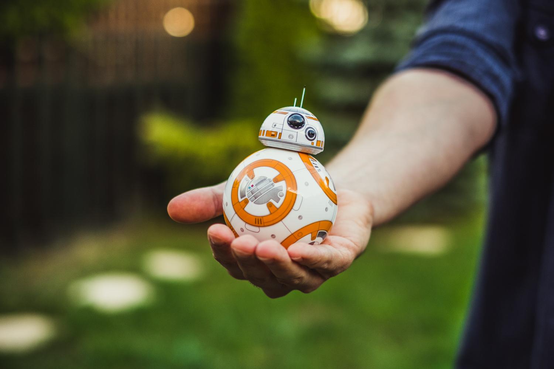 Geekom powoli brakuje miejsca na nadgarstkach, ale na ten sprzęt do sterowania droidem BB-8 musisz jeszcze znaleźć miejsce