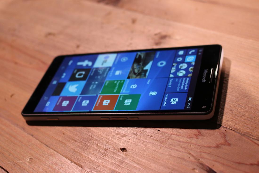 Microsoft naprawia najpoważniejszy błąd w mobilnym Windows 10, ale… nie chce zawracać głowy użytkownikom